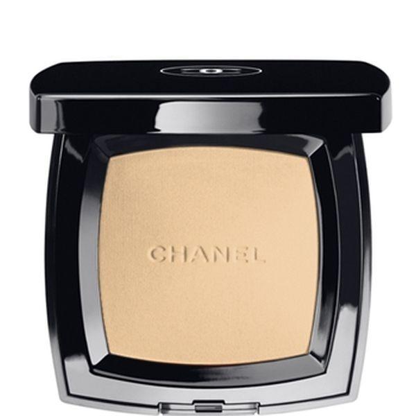 La cipria non deve mai mancare in borsetta per un ritocco al volo: un grande classico è Chanel Poudre Universelle Compacte