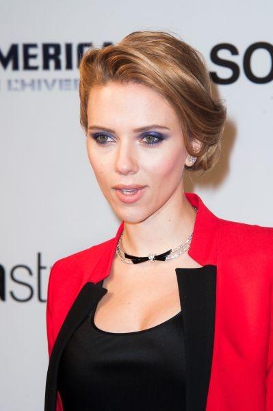 Make up blu da diva per Scarlett Johannson, che sceglie un look che stacca nettamente con i colori del trucco