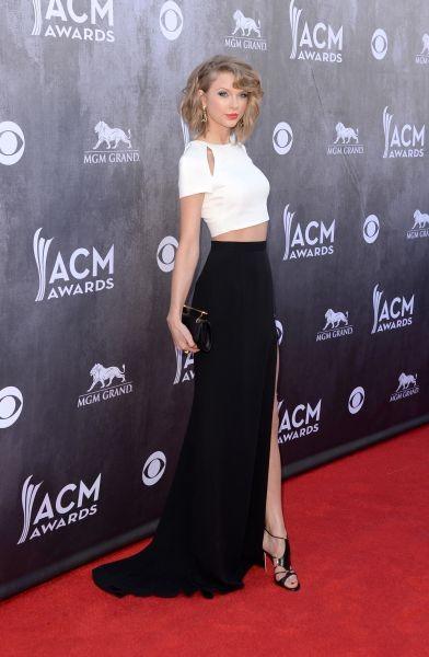 Taylor Swift 'spezza' tra trucco e look e sceglie un abito bianco e nero, in netta contrapposizione con il blu del make up