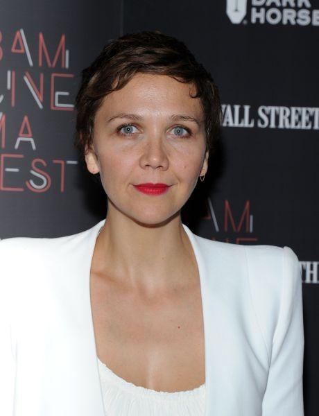 Maggie Gyllenhaal abbina a un make up occhi dorato un rossetto mat rosso-fucsia: elegantissima