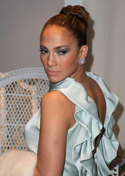 Jennifer Lopez in versione principessa, sceglie un trucco total blu e lo abbina a un abito azzurro tenue