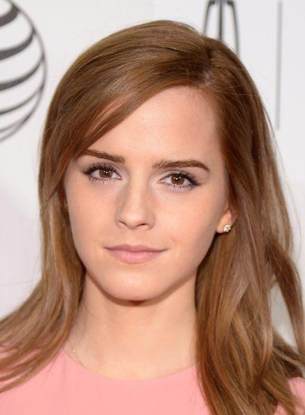 Emma Watson sceglie per il giorno look naturali, giocati slle tonalità del rosa e del marrone