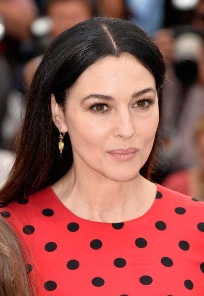Monica Bellucci con un make up smokey eyes marrone che sottolinea la sua bellezza naturale