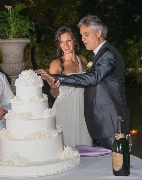 L'abito da sposa di Veronica Berti firmato Ermanno Scervino è semplice e monospalla, abbinato a una giacca trapuntata. Photo Credits: Facebook - Andrea Bocelli (Giacomo Moresi)