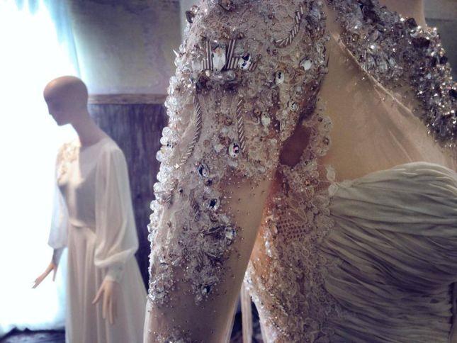 Un dettaglio del ricamo di maniche e corpetto dell'abito da sposa di Belen Rodriguez. Photo credits: Facebook - Galleria Graffiti