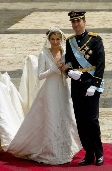 Elegante e rigoroso l'abito da sposa di Letizia Ortiz per le nozze con Felipe di Borbone