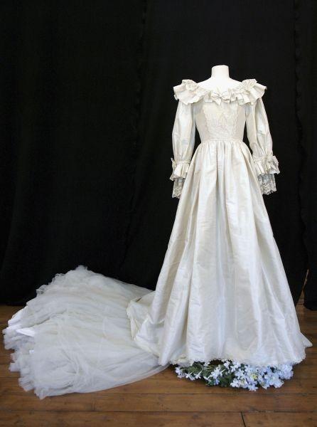 Realizzato da David ed Elizabeth Emanuel, l'abito da sposa di Lady D è in taffetà di pura seta e ha uno strascico di 7,62 metri