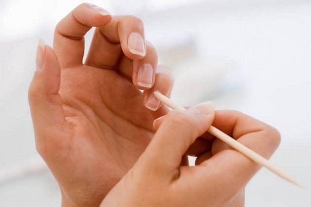 Per evitare pellicine e spacchi e allo stesso tempo nutrire le unghie è necessario l'utilizzo dell'olio per cuticole
