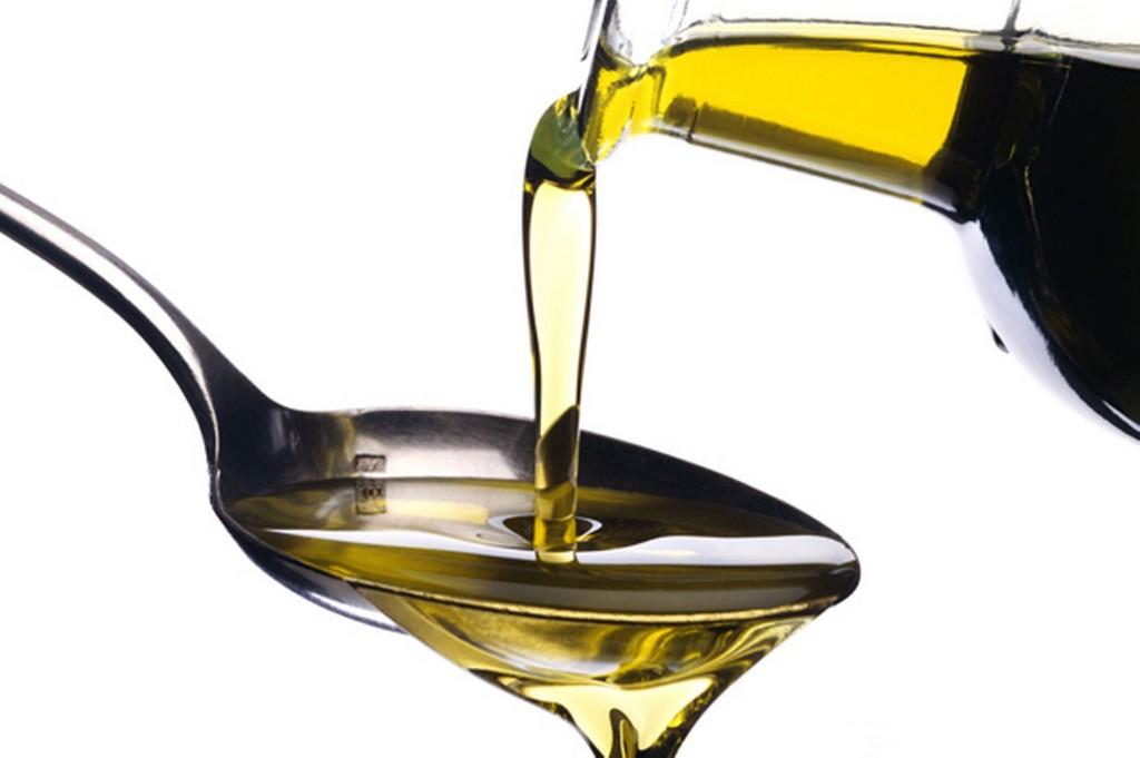 Utilizzando un mix di oli è possibile realizzare un impacco nutriente per cuticole
