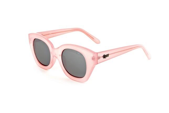 Occhiali da sole Ops Shades, modello Ops!Venna, dalla montatura leggermente quadrata e nel colore rosa pastello.