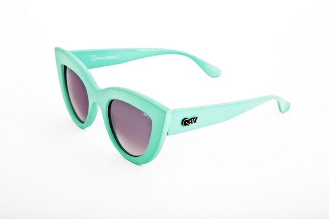 Occhiali da sole Ops Shades, modello Ops!Kitti dalla montatura a gatto nel colore verde acqua.