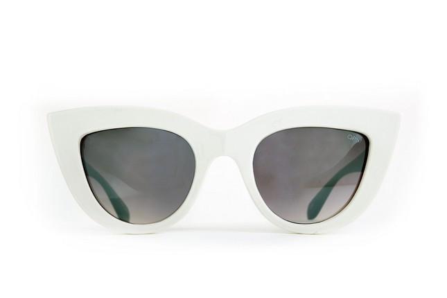 Occhiali da sole Ops Shades, modello Ops!Kitti dalla montatura a gatto nella nuance bianca