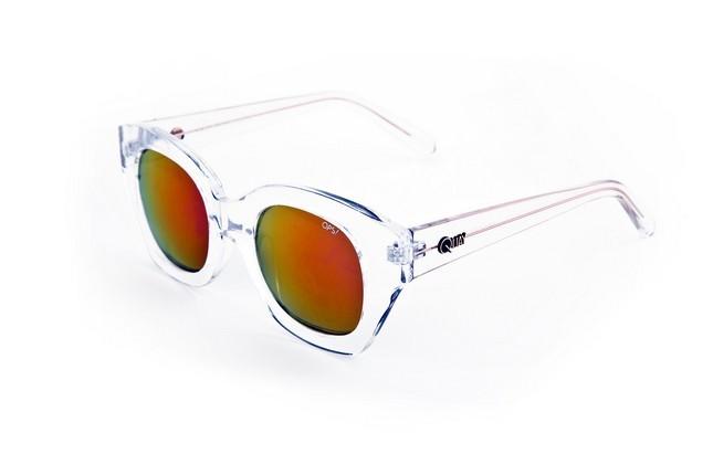 Occhiali da sole Ops Shades, modello Ops!Venna, dalla montatura leggermente quadrata e trasparente.