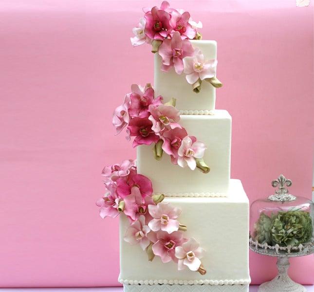Torta nuziale con fiori nelle tonalità del rosa: creazione di Alessandra Frisoni.