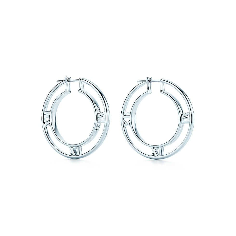 Collezione Atlas 2014. Orecchini a cerchio dalle linee marcate e numeri a rilievo si combinano in un design contemporaneo che celebra un'icona di Tiffany. Orecchini a cerchio in argento. Misura media.