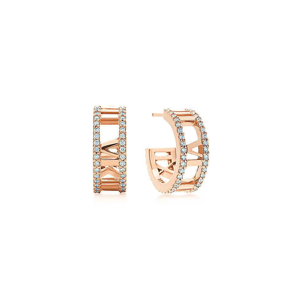 Collezione Atlas 2014. Orecchini a cerchio traforati con linee marcate e numeri a rilievo si combinano in un design contemporaneo che celebra un'icona di Tiffany. Orecchini in oro rosa 18k con diamanti tondi taglio brillante. Misura piccola. Peso complessivo 0.30 ct.