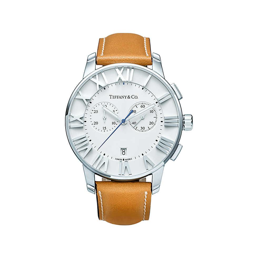 Orologio in acciaio inossidabile con quadrante bianco e cinturino in pelle. Cassa di 42 mm, funzione cronografo, movimento al quarzo, subacqueo fino a 50 metri (5 bar). Di fabbricazione svizzera