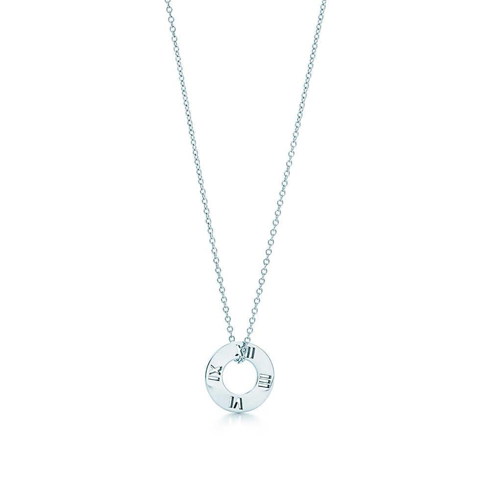 Collezione Atlas 2014. Pendente forato con linee marcate e numeri a rilievo si combinano in un design contemporaneo che celebra un'icona di Tiffany. Pendente in argento. Su catena di 40,50 cm.