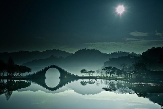 Si riflette nell'acqua il Moon Bridge di Taiwan