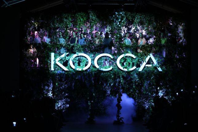 Allestimento floreale e atmosfere romantiche e urbane per la sfilata PE 2015 Kocca