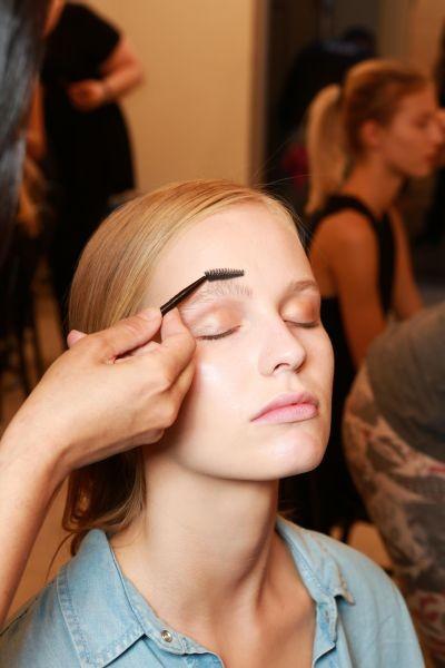 Backstage della sfilata Kocca PE 2015: il make up realizzato dai make up artist Revlon