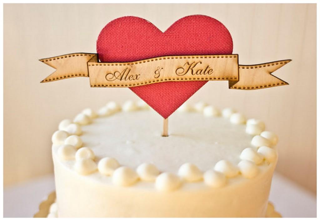 originale cake topper con nomi sposi e cuore centrale