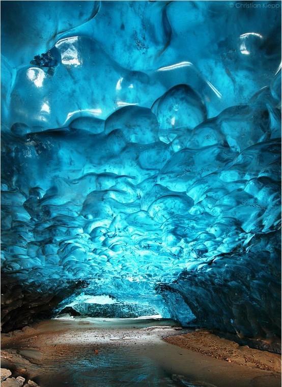Una grotta di ghiaccio nel parco Skaftafell (Islanda)