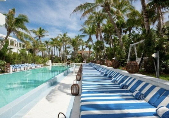La piscina, elegante location per i party e gli show della Miami Fashion Week Swim