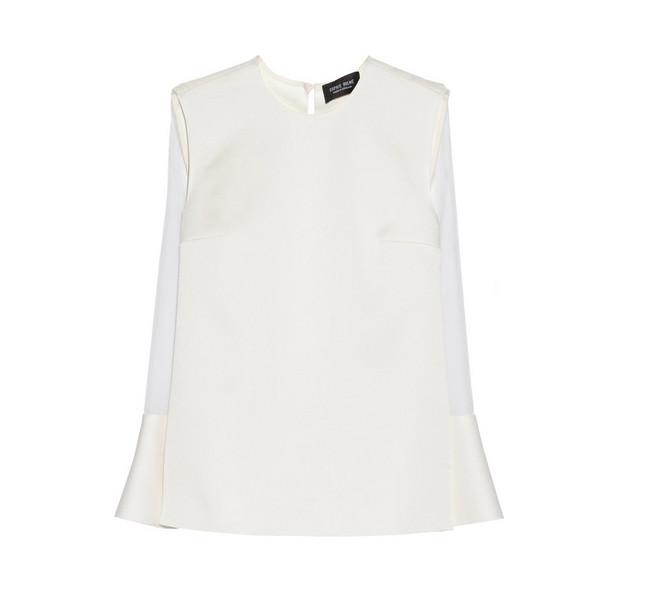 Per il nostro look, possiamo scegliere anche la blusa classica di Sophie Hulme