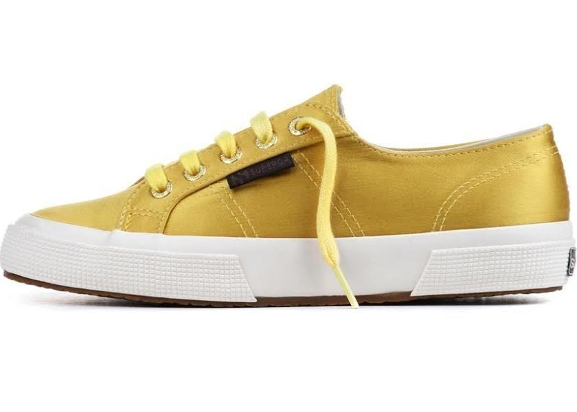 Sneakers The Man Repeller per Superga, modello 2750,  realizzato in satin nel colore giallo senape