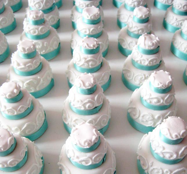 Tortine di zucchero per festeggiare e da donare a parenti e amici cari, da far realizzare con il colore delle nozze da festeggiare. Di Bluemilia per Sweet White Weddings.
