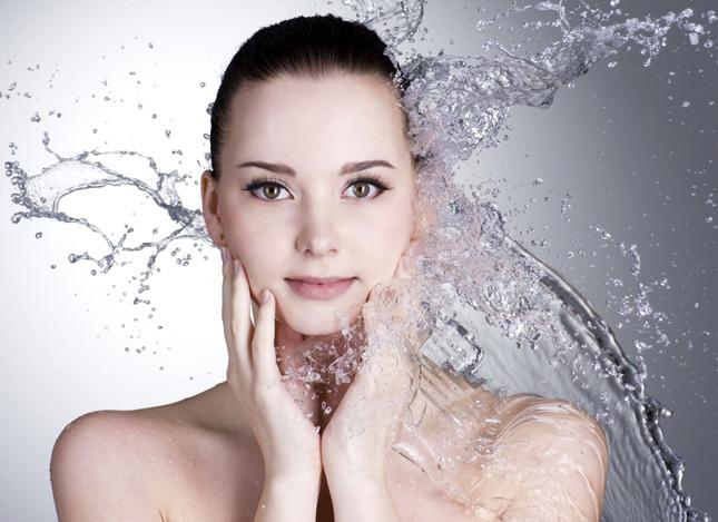 impacchi di acqua termale sul viso per tonificare ed idratare