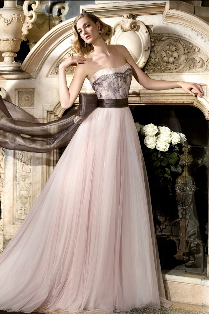 Nuance tra rosa e beige con un tocco di marrone e pizzo: è l'elegante modello firmato Alessandra Rinaudo