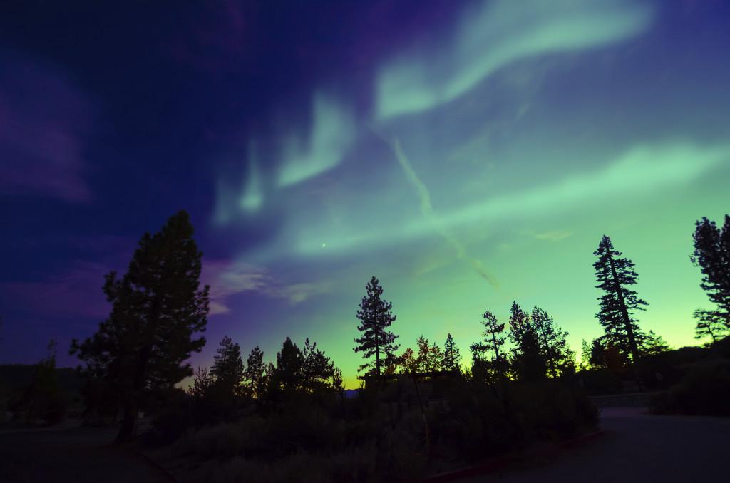 Un fenomeno ottico disegna nell'atmosfera delle stupefacenti strisce color verde