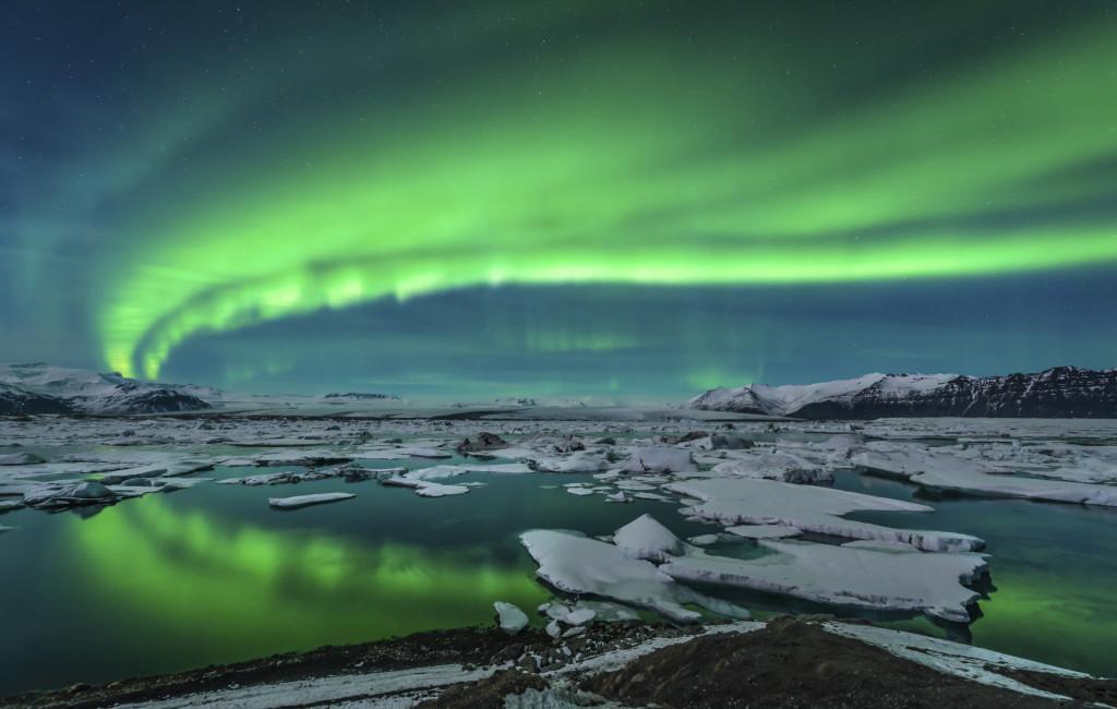 L'aurora boreale sul lago di Jokulsarlon, in Islanda