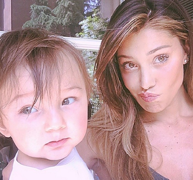 Belen e il piccolo Santiago De Martino in posa su Instagram