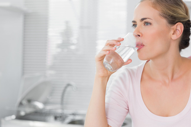 bere acqua è fondamentale per idratare l'organismo accaldato