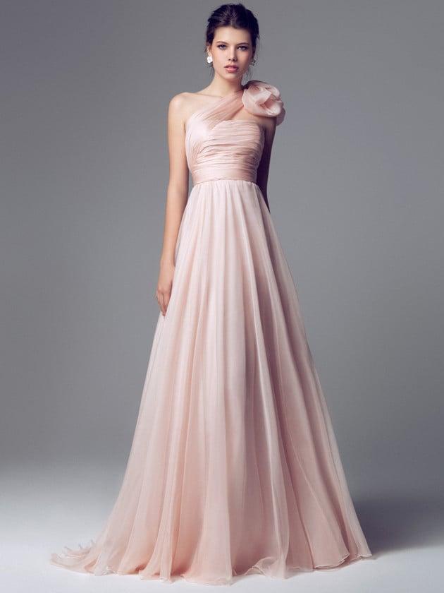 La scelta del rosa rende giovane il vestito dalla scollatura da