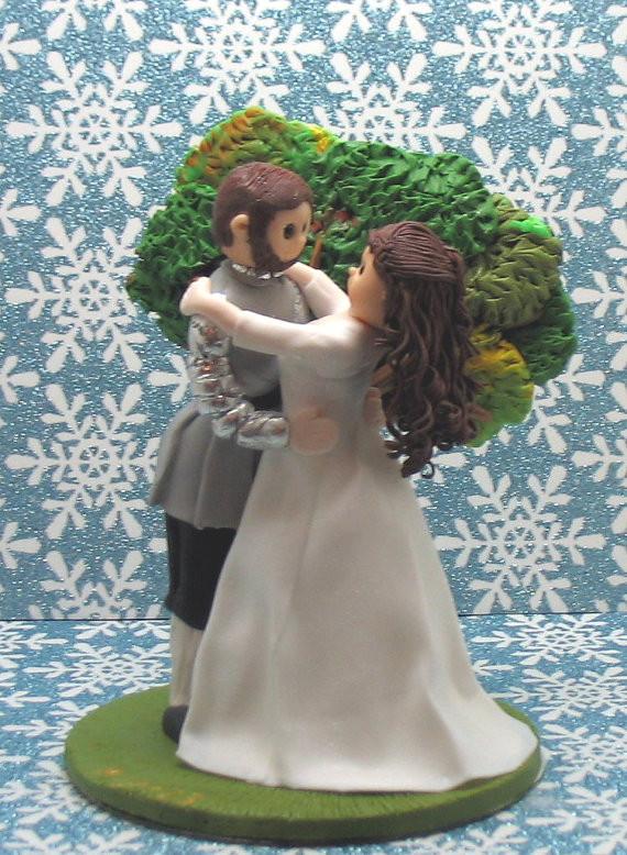 principe e principessa in un abbraccio romantico