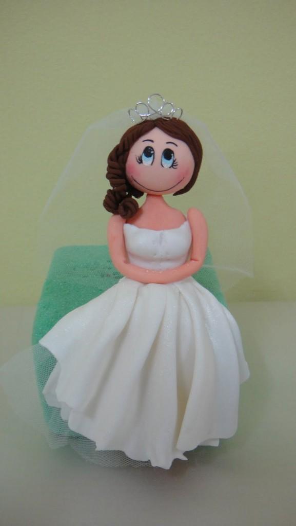 romantica sposina sulla torta nuziale