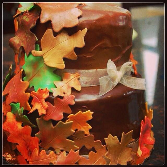 Torta nuziale al cioccolato autunnale con foglie dai tipici colori dtagionali