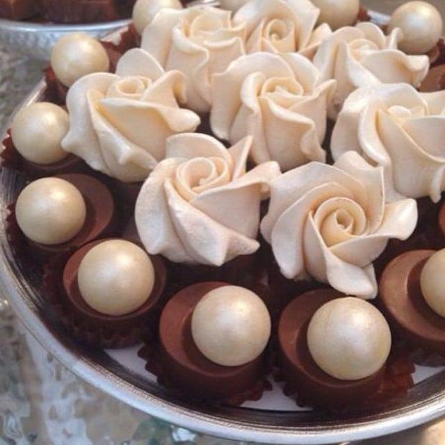 Decori col cioccolato plastico, rose bianche