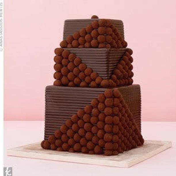 Torta nuziale cioccolato squadrata con decori che ricordano il pallottoliere