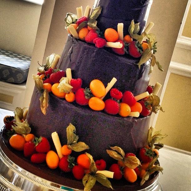 Torta nuziale al cioccolato con frutta, con tocchi di colore molto vivaci