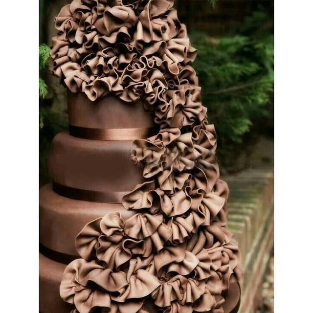 Torta nuziale al cioccolato con decori floreali, eccessiva e maestosa