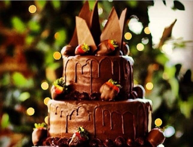La torta nuziale al cioccolato è perfetta per un matrimonio originale.
