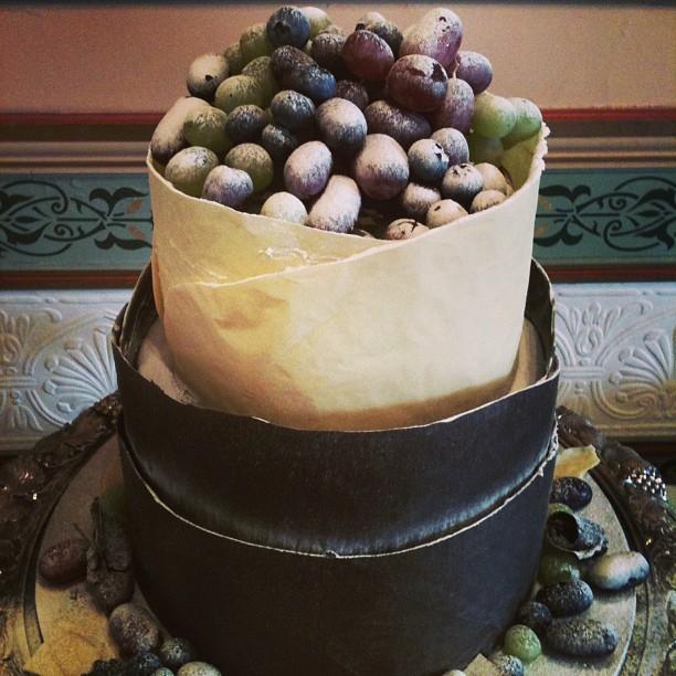 Torta nuziale al cioccolato con frutta, ideale per chi si sposa in estate