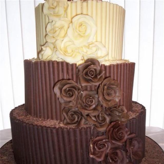 Torta nuziale doppio cioccolato bicolour con rose commestibili
