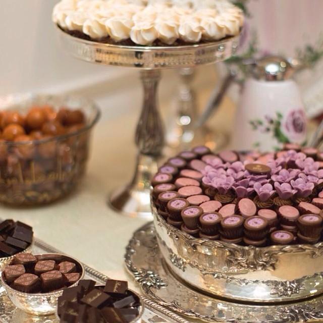 Decori col cioccolato plastico di varie forme e colori