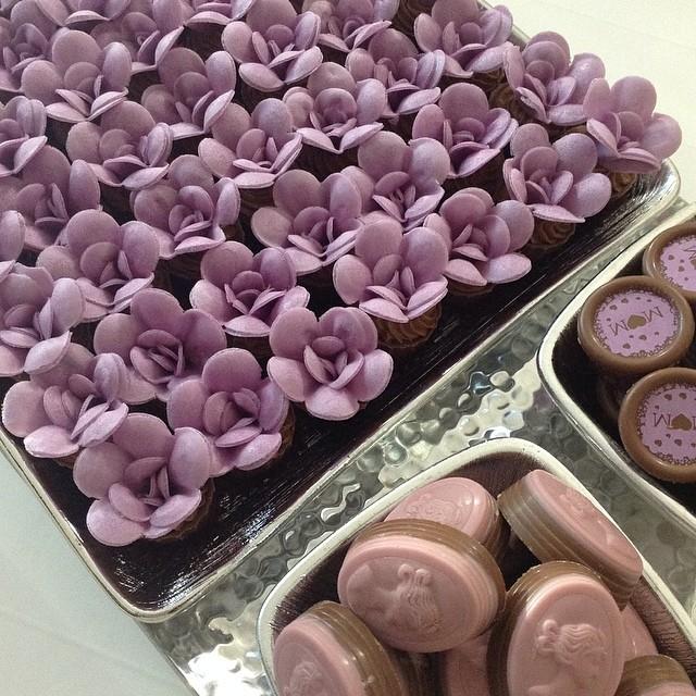Decori col cioccolato plastico, fiori delicati lilla da mettere sulla torta